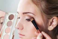 Бежевые тени для создания макияжа в стиле нюд