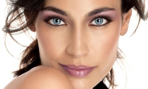 Аккуратный макияж для голубоглазых брюнеток