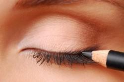 Обрисовка контура глаза мягким карандашом