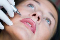 Процедура татуажа губ