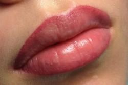 Яркий татуаж губ