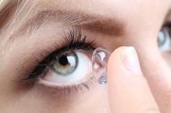 Ношение контактных линз - одна из причин нанесения татуажа на глаза
