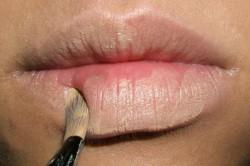 Нанесение основы на губы