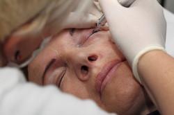 Процедура нанесения пигмента на глаза