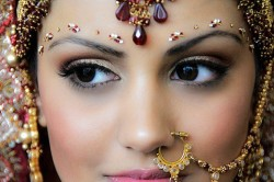 Использование стразов в восточном макияже